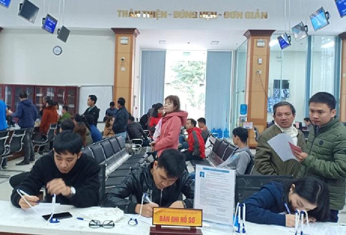 Người dân giao dịch tại Trung tâm Phục vụ hành chính công tỉnh Thừa Thiên Huế