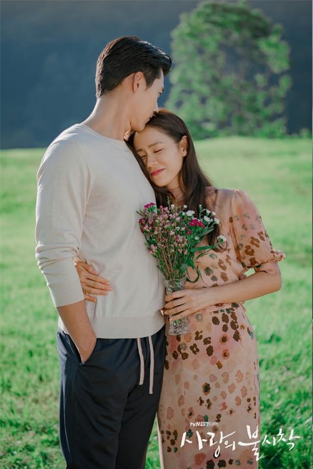 Hyun Bin và Son Ye Jin tình bể tình trong loạt ảnh hậu trường - Ảnh 10.