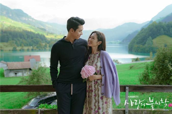 Hyun Bin và Son Ye Jin tình bể tình trong loạt ảnh hậu trường - Ảnh 1.