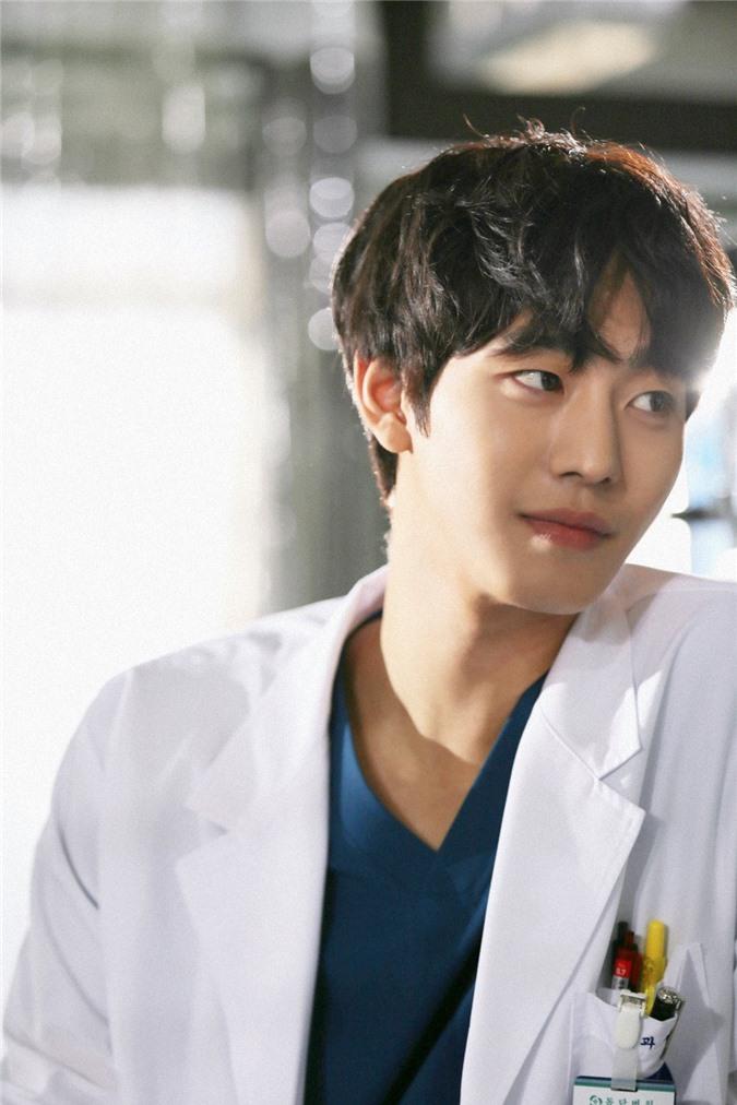 """Nhan sắc đỉnh cao của """"bác sĩ"""" Ahn Hyo Seop trong """"Người thầy y đức 2"""" khiến ai cũng mê mẩn: Diễn viên thế này chả trách rating liên tục phá kỷ lục!"""