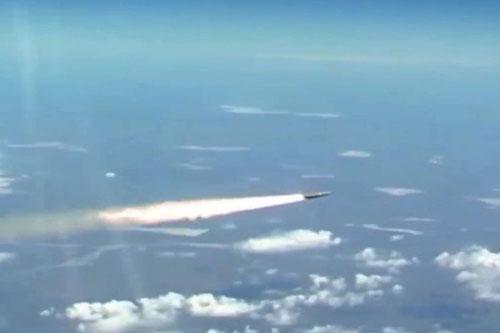 Tên lửa siêu thanh Kinzhal của Nga được phóng đi từ máy bay