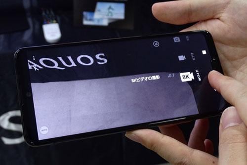 AQUOS R5G được trang bị tấm nền màn hình Pro IGZO LCD kích thước 6,5 inch, độ phân giải 2K Plus (3/168x1.440 pixel), mật độ điểm ảnh 521 ppi. Màn hình này được chia theo tỷ lệ 19,5:9, tần số quét 120 Hz, tích hợp công nghệ HDR10 +, tính năng Always-on.