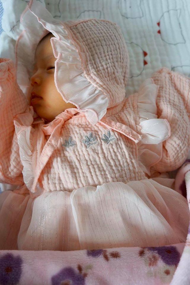 Jennifer Phạm chia sẻ hình ảnh con gái mới sinh trên trang cá nhân.