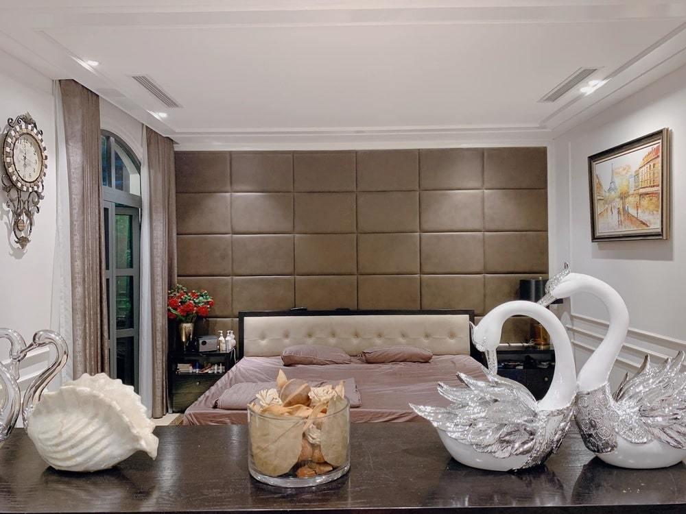 Phòng ngủ của hai vợ chồng Tuấn Hưng được trang trí theo phong cách sang trọng, sử dụng gam màu trầm với những đồ trang trí ngọt ngào và tinh tế.
