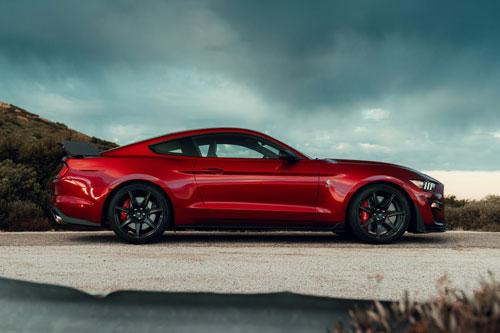 1. Ford Mustang Shelby GT500 (giá khởi điểm: 73.995 USD, công suất tối đa: 760 mã lực).