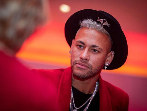 Neymar sở hữu vẻ đẹp mang đậm chất la tinh, nụ cười quyến rũ cùng với ánh mắt cực kì thu hút