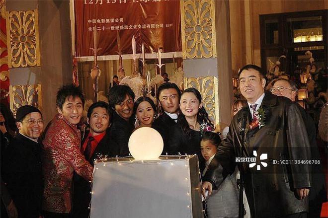 Ảnh cũ 14 năm trước của Trương Bá Chi - Tạ Đình Phong hot trở lại, gây chú ý nhất lại là cô nhóc giờ đây đã trở thành mỹ nhân - Ảnh 2.