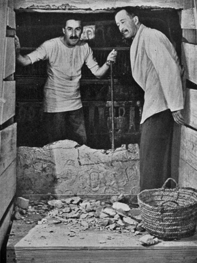 Nhà khảo cổ Howard Carter và bá tước George Herbert tại cửa lăng mộ vua Tutankhamun