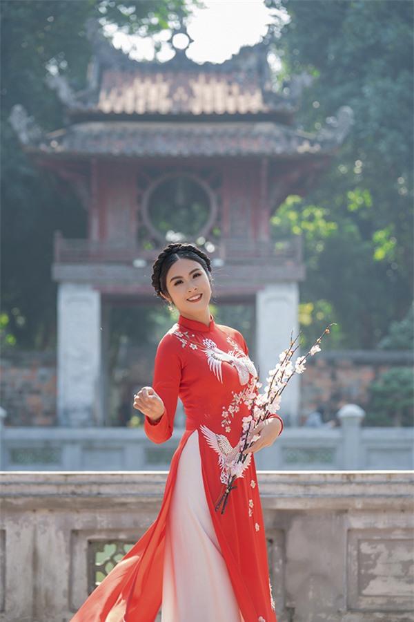 https://media.doanhnghiepvn.vn/Images/Uploaded/Share/2020/02/19/Ngoc-Han-tu-lam-mau-cho-trang-phuc-minh-thiet-ke_1.jpg