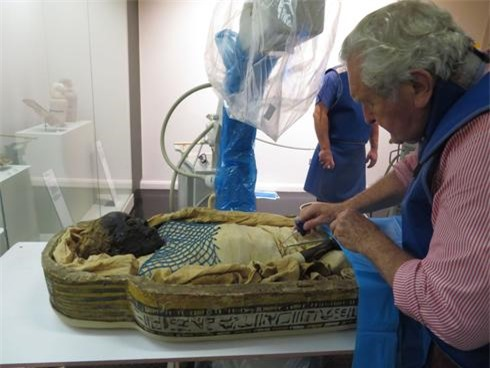 Tiến sĩ Robert Loynes, một bác sĩ phẫu thuật chỉnh hình đã nghỉ hưu và là giảng viên danh dự tại Trung tâm Ai Cập Sinh học KNH của Đại học Manchester, chuẩn bị xác ướp để nghiên cứu. (Ảnh: Bảo tàng Ulster)