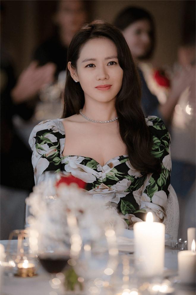 Thật chẳng ngờ tiểu thư tài phiệt Son Ye Jin chỉ dùng son bình dân quanh quẩn 300k, nhưng vừa mặc chiếc áo khoác 25 triệu đã lập tức cháy hàng 0