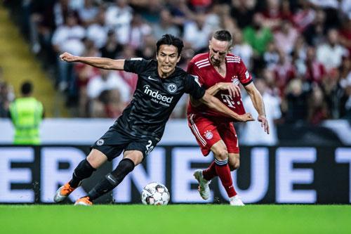 Makoto Hasebe đã ra lần hơn 100 lần cho 1 CLB ở châu Âu