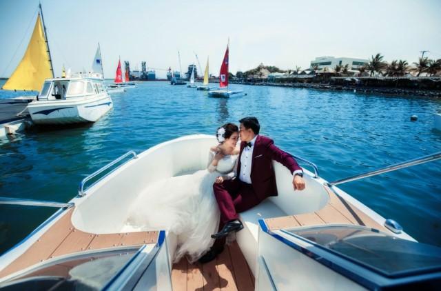 Chụp ảnh cưới với những chiếc cano PPC Made in Vietnam trở thành mốt đối với giới trẻ Bà Rịa - Vũng Tàu.