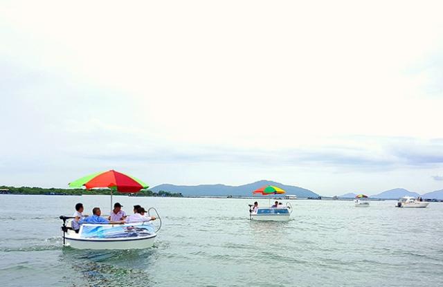 Thúng câu PPC tự hành giúp du khách có những phút thư giãn tuyệt vời trên vịnh sông Rinh.