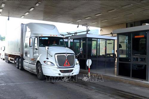 Các xe hàng nông sản làm thủ tục xuất khẩu sang Trung Quốc. Ảnh: Quốc Khánh/TTXVN