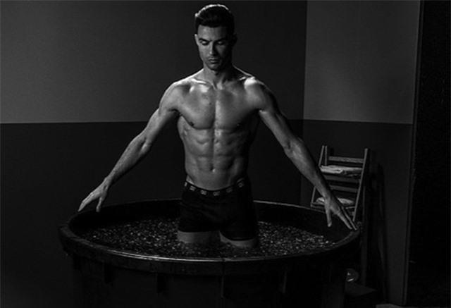 """C.Ronaldo gây """"bão"""" với loạt ảnh khoe thân dầm nước đá đầy ấn tượng - 1"""