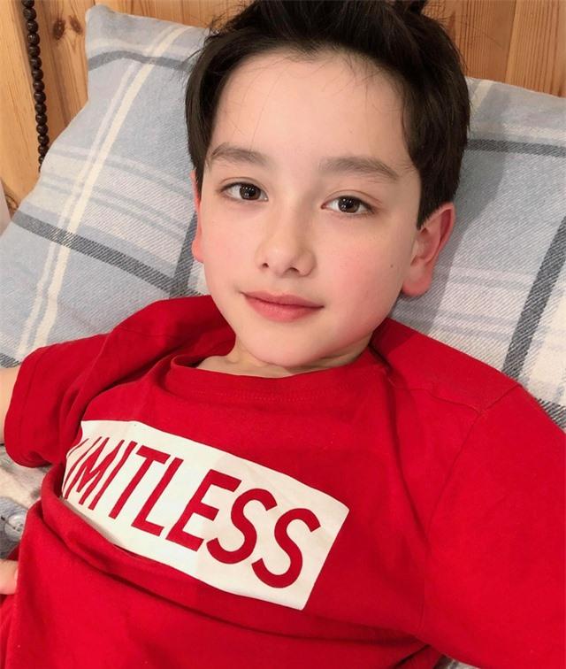 Cậu bé 10 tuổi là con lai Việt – Anh sở hữu gương mặt đẹp như tranh vẽ - 1