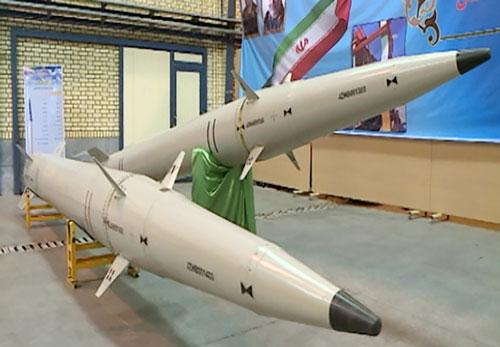 Tên lửa Raad-500 được trưng bày tại buổi lễ.