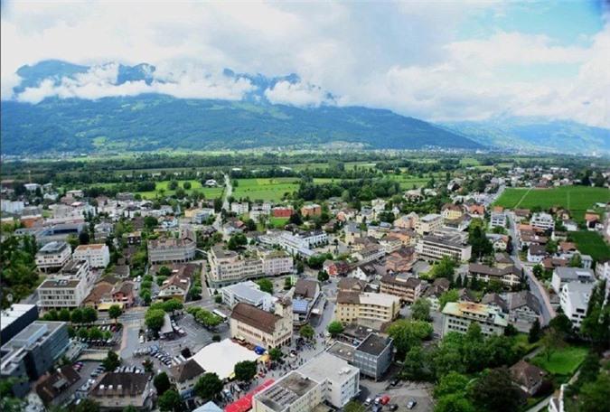 Lichtenstein trải rộng trên 160 km2, quốc gia nằm giữa Áo và Thụy Sĩ, có dân số khoảng 40.000 người. Du khách sẽ ngạc nhiên khi biết rằng đây là quốc gia giàu nhất thế giới tính theo GDP bình quân đầu người. Tỷ lệ thất nghiệp ở đây cực kỳ thấp.