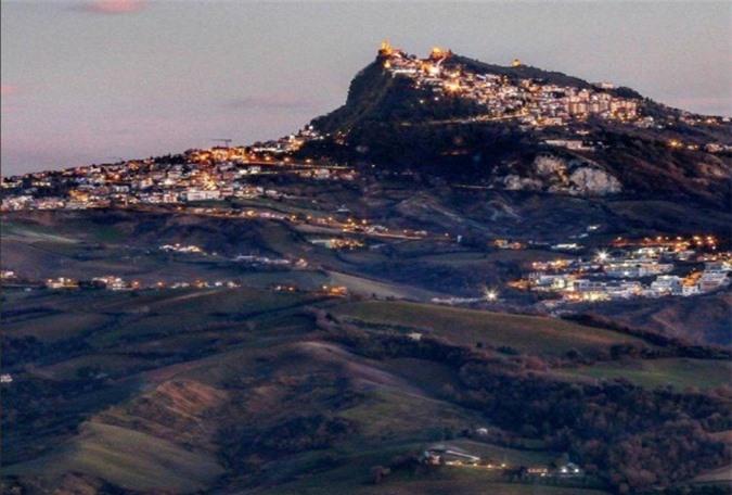 San Marino có dân số khoảng 30.000 người, trải rộng trên 61 km2, được bao quanh bởi nước Ý từ mọi phía. Đất nước này là nước cộng hòa lâu đời nhất ở châu Âu, được thành lập vào năm 301 sau Công nguyên. Điều quan trọng nhất ở đây là số lượng phương tiện giao thông nhiều hơn cả người dân.