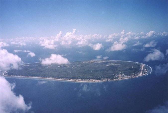 Nauru có diện tích 21km2, là quốc đảo nhỏ nhất thế giới, dân số chi vỏn vẹn 9.000 người. Trong những năm 60 và 70, thu nhập chính của đất nước này là từ khai thác phốt phát, nhưng do khai thác quá mức nên mọi thứ đã cạn kiệt.