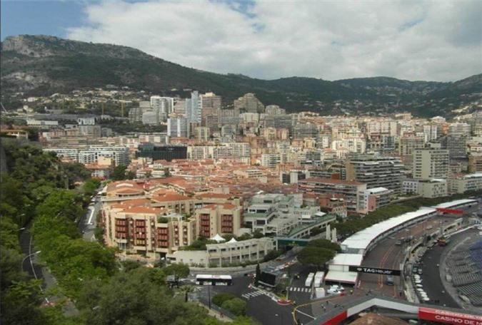 Diện tích của nước Monaco chỉ có 2km2, dân số 40.000 người. Mặc dù diện tích rất nhỏ nhưng đây là một trong những quốc gia giàu có nhất thế giới, có rất nhiều triệu phú đô la sinh sống tại đây.