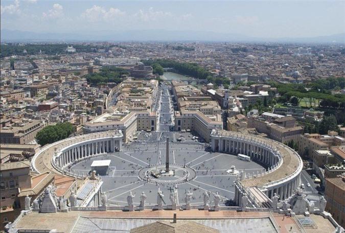 Tên chính thức của nước này là thành quốc Vatican, quốc gia trải rộng có chủ quyền với lãnh thổ bao gồm một vùng đất có tường bao kín nằm trong lòng thành phố Roma, Ý. Đây là một quốc gia linh thiêng, vì nơi này có nhà thờ Công giáo lớn nhất thế giới. Quốc gia nhỏ bé này cũng có một tuyến đường sắt chỉ dài 1,27 km, và được xem là hệ thống đường sắt nhỏ nhất trên thế giới.