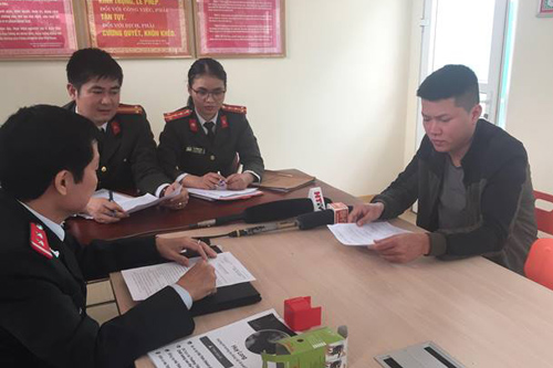 Nguyễn Huy Long (bên phải) làm việc với Thanh tra Sở TT&TT và Công an tỉnh Hà Tĩnh. Nguồn ảnh: Sở TT&TT Hà Tĩnh