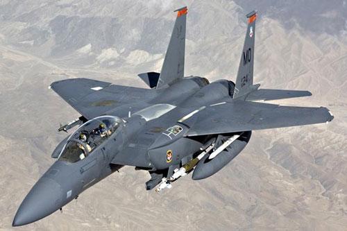 Những chiến đấu cơ hạng nặng F-15E của không quân Mỹ vừa bay quần đảo trên bầu trời Syria để