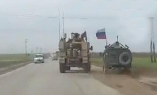 Thiết giáp Mỹ (trái) và xe quân sự mang cờ Nga (phải) (Ảnh: RT)