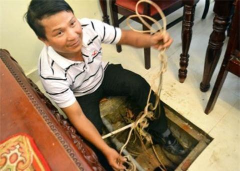 Nước giếng nhà ông Nguyễn Văn Hoa (Đà Lạt) bỗng nhiên nóng hơn 40 độ. (Trong ảnh là anh Tú – con rể ông Hoa)