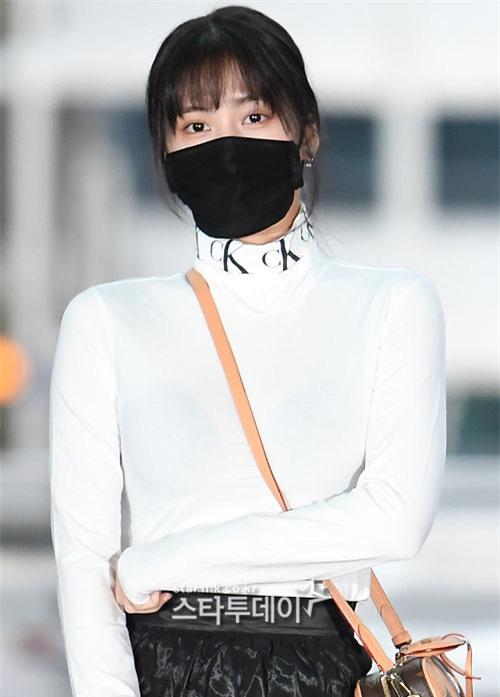 Màn đụng độ hot nhất ngày: Jennie hóa rich kid, mỹ nhân đẹp nhất thế giới năm 2019 và TWICE có cân được BLACKPINK? - Ảnh 17.