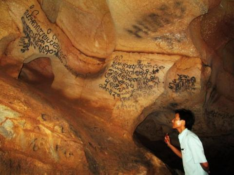 Chữ Champa cổ trên vách đá Động Phong Nha, Quảng Bình.