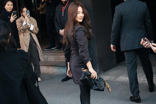 """Song Hye Kyo lại khiến fan """"bấn loạn"""" vì nhan sắc và thần thái cực sang chảnh ở trời Âu"""