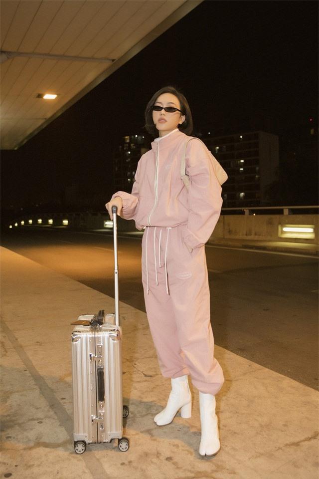 """Diệu Nhi thời thượng tại sân bay, """"đụng hàng"""" với Angelina Jolie, Kendall Jenner - Ảnh 1."""