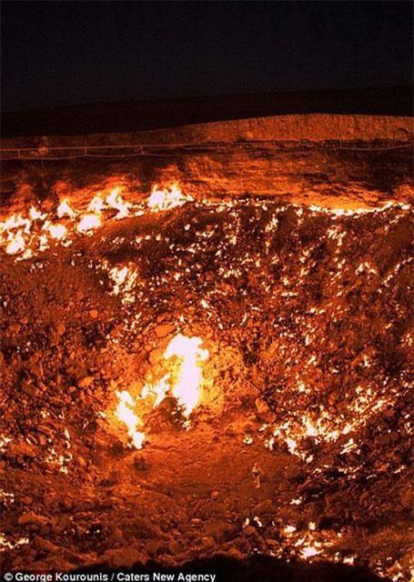 Miệng hố này đã bốc cháy suốt 40 năm qua. (Nguồn: dailymail.co.uk)