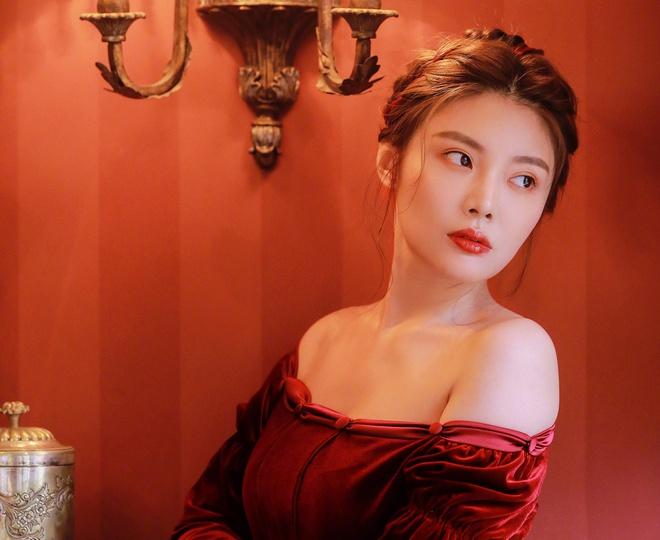 Từ Đông Đông có nhiều fan nam, cô nổi tiếng nhờ sở hữu đường cong gợi cảm.