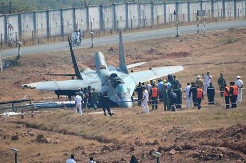 Chiếc tiêm kích hạm MiG-29K của Không quân Hải quân Ấn Độ rơi tại Goa. Ảnh: Reuters.