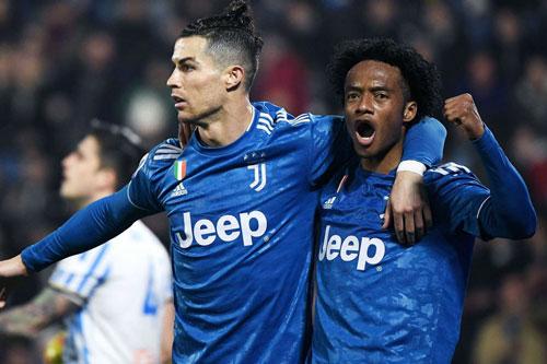 Ronaldo (trái). Ảnh: Getty.