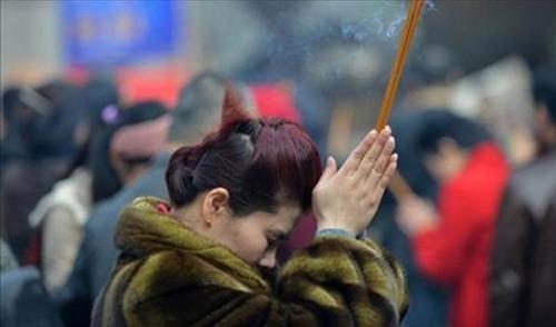 Tập tục xông hương bắt nguồn từ tín ngưỡng tôn giáo.