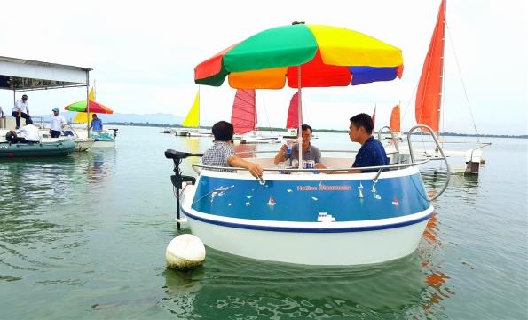 Thuyền thúng PPC tự hành được nhiều du khách ưa chuộng.