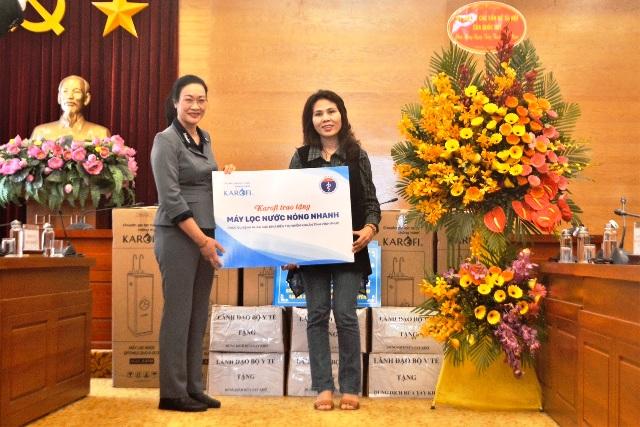 Bà Phạm Thanh Bình – Chủ tịch công đoàn ngành y tế tiếp nhận quà của Karofi.
