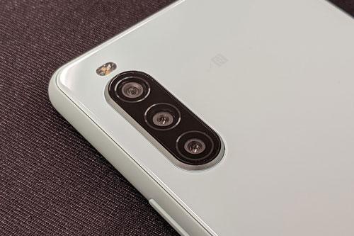 Sony Xperia 10 II sở hữu 3 camera sau. Cảm biến chính 12 MP, khẩu độ f/2.0 cho khả năng lấy nét theo pha. Ống kính tele 8 MP, f/2.4 mang đến khả năng zoom quang học 2x. Cảm biến chiều sâu 8 MP, f/2.2. Bộ ba này được trang bị đèn flash LED, quay video 4K.