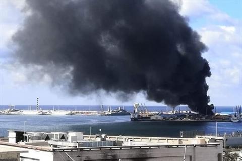 Tàu chở vũ khí của Thổ Nhĩ Kỳ bốc cháy sau khi trúng đạn pháo của LNA