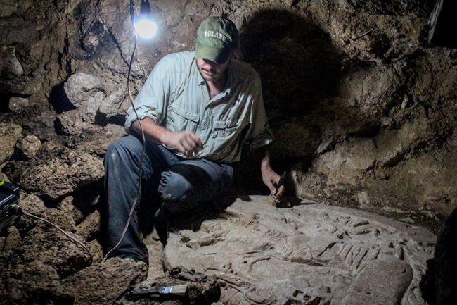 Nhà khảo cổ Marcello Canuto nghiên cứu bàn thờ cổ 1.500 tuổi của người Maya.