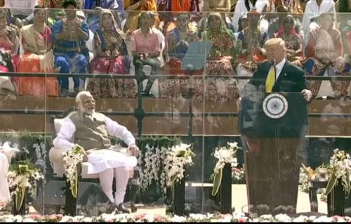 Tổng thống Mỹ Donald Trump phát biểu trước hơn 100.000 người ở bang Gujarat. Ảnh: News sky.