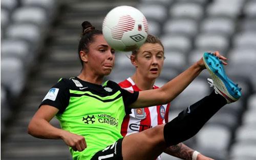 Emma Kay Checker (trái): 24 tuổi, hậu vệ ĐT Australia. Ảnh: smh.com.au