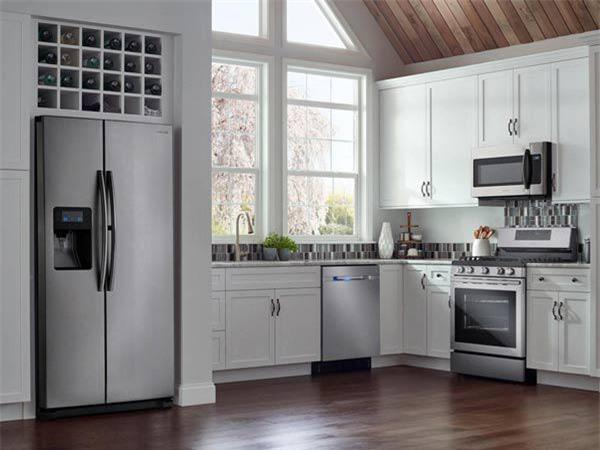 Cửa tủ lạnh không nên thẳng cửa chính