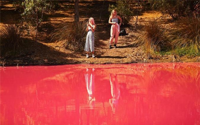 Nước trong hồ sẽ trở lại màu tự nhiên khi nhiệt độ xuống thấp hơn và mưa thường xuyên hơn.