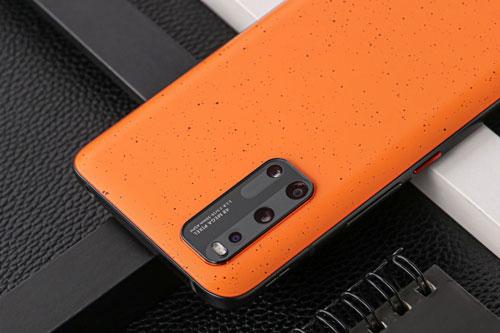 Vivo iQOO 3 5G được trang bị 4 camera sau. Cảm biến chính 48 MP, khẩu độ f/1.8 cho khả năng lấy nét theo pha, chống rung điện tử (EIS). Ống kính tele 13 MP, f/2.5 mang đến khả năng zoom quang học 2x hoặc zoom kỹ thuật số 20x. Cảm biến thứ ba 13 MP, f/2.2 cho góc rộng 120 độ. Bộ tứ này được trang bị đèn flash LED, quay video 4K.